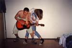 NPKZ jako jediná kapela hraje čtyřruč na kytaru! Toto číslo je specialitou Huskyho a Paayi.