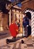 Paaya przní hymnu před hradní stráží.